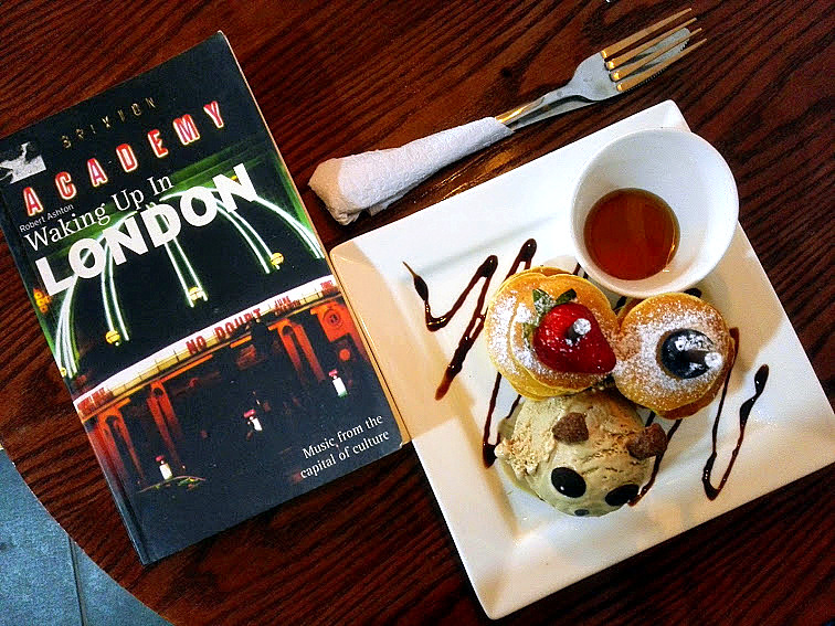 Mini pancakes and a scoop of ice cream while 'Waking Up in London'. | Photo taken by blog author.